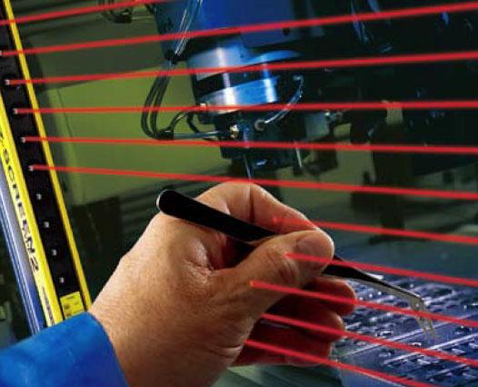 产品特点: 专为低危险场合而设计的光电安全防护解决方案,价格便宜,结构紧凑,适用于受伤概率较低,伤害程度轻,但又必须采取安全防护的场合 专为低危险场合而设计的,像肿伤或撞伤,跌伤,夹伤(但没有骨折),割伤和擦伤 简易,两件式一体化系统,无需控制器 检测小物体,例如手,脚踝 30mm分辨率, 最大15m的检测间距 经济,结构紧凑的光电安全防护装置 符合IEC61496-1/-2 的2级和EN954-1 2类要求 有自动复位和手动复位两种类型可以选择 有镜头保护罩和其他附件可以选择,来提高光幕的适应性